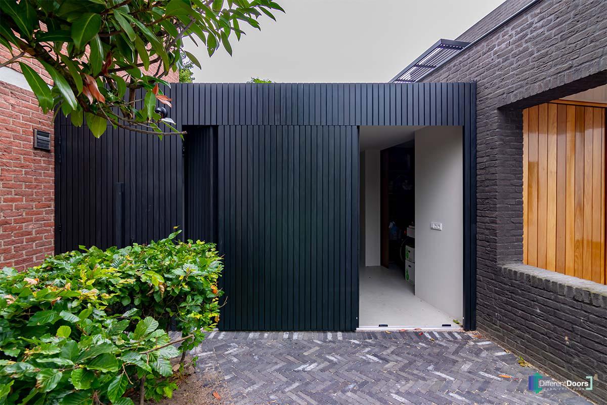 zwarte zijwaartse garagedeur (2)