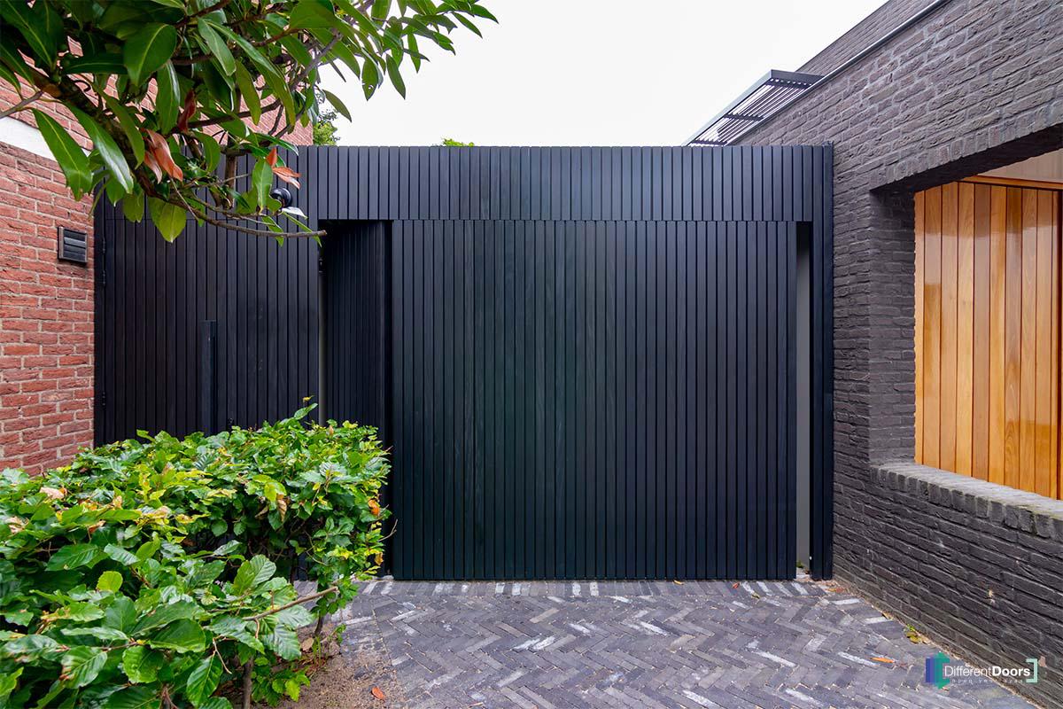 zwarte zijwaartse garagedeur (3)