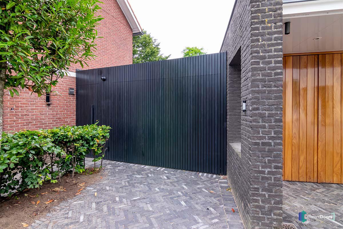 zwarte zijwaartse garagedeur (5)