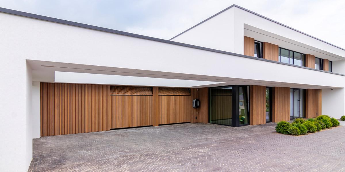 https://garagedeuren.s3.amazonaws.com/20210930112936/exclusieve-garagedeuren-bij-villa-1.jpg