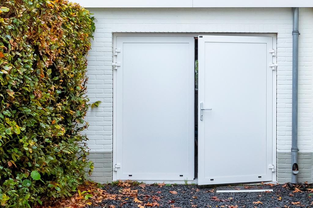 Onderhoudsvrije-openslaande-garagedeur